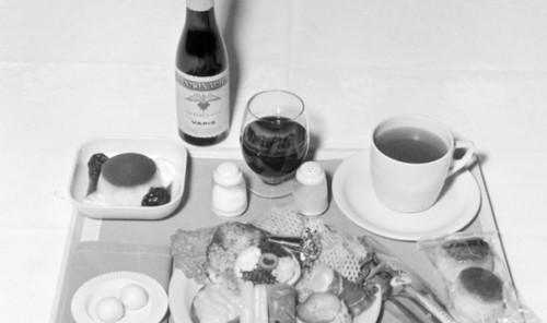 Nos anos 1960, mesmo quem viajava na classe econômica tinha direito a refeição completa