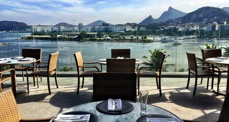 Vista do restaurante no terraço do hotel, no Aeroporto