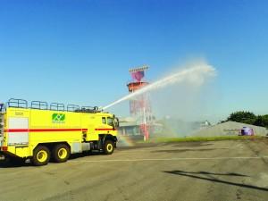 Caminhão de combate ao incêndio usado para economia de água nos aeroportos