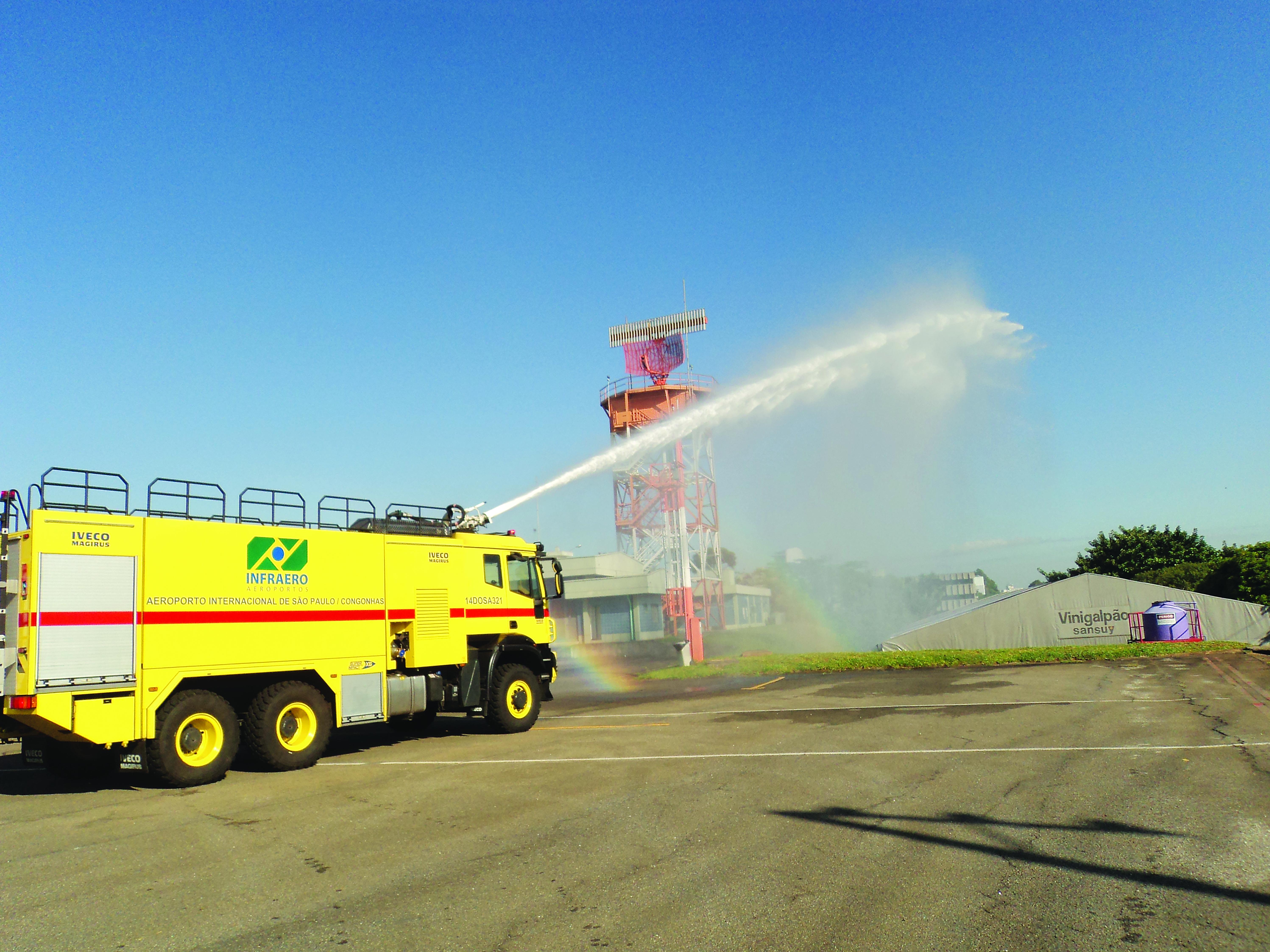 Caminhão de combate ao incêndio utilizado para economizar água nos aeroportos