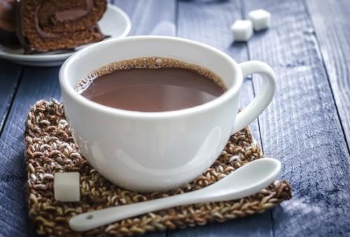Chocolate quente pode esquentar e ser reconfortante, mas a cafeína pode espantar o sono