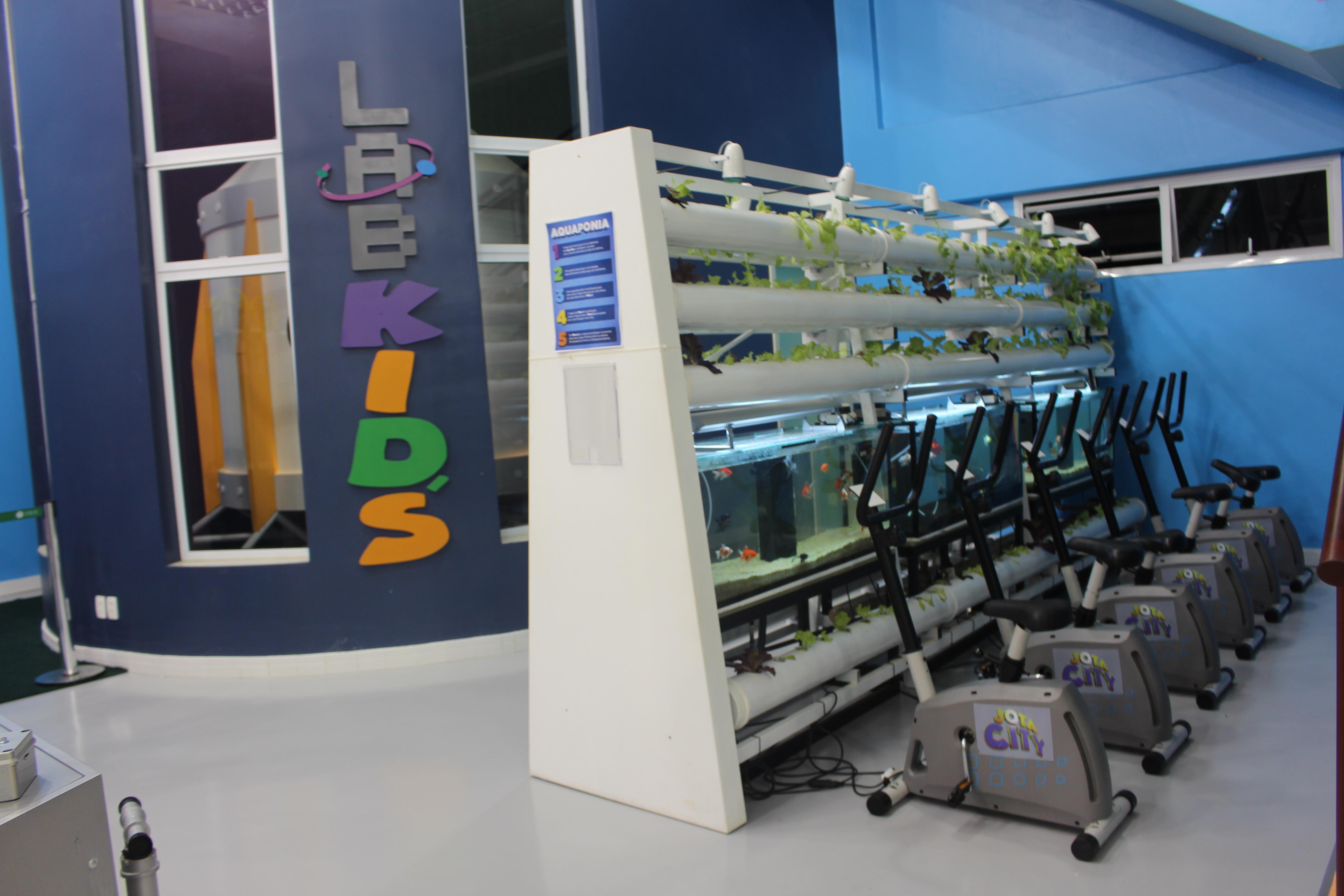 LaboKids onde as crianças ajudam gastando energia para a horta e alimentação dos peixinhos da cidade (Revista Embarque)