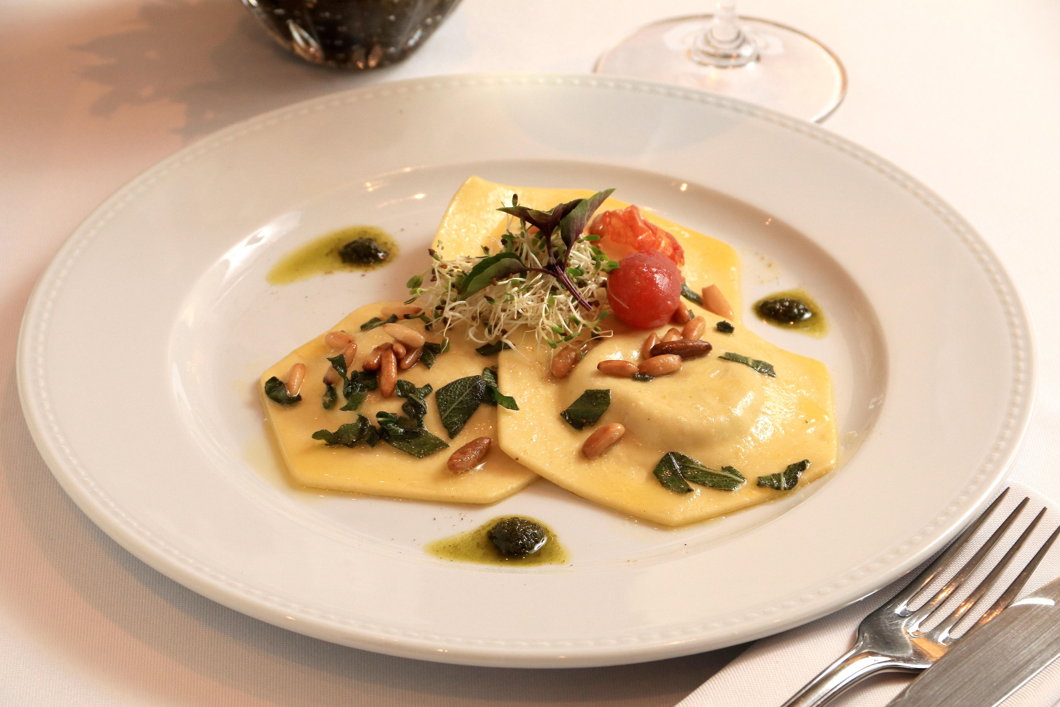 Ravióli de abóbora na manteiga com pecorino e pinoli Foto:Terraço Itália/Divulgação