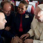 Papa Francisco casa comissários da LATAM  a mais de 34 mil pés de altura