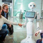 Robô recepciona passageiros no Terminal 2 do Aeroporto de Munique